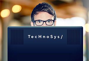 Homme à lunettes devant son ordinateur