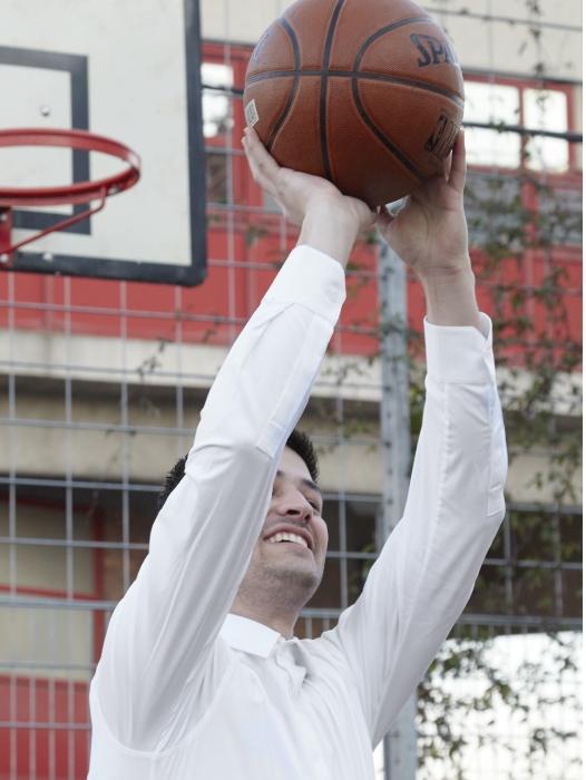 en jouant au basket-ball