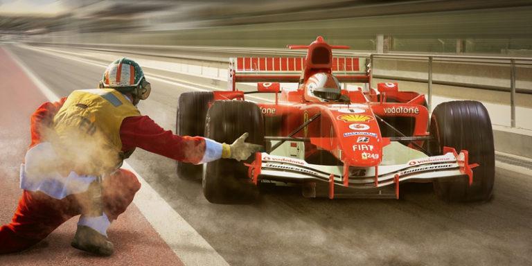 Carro de F1 saindo do pit-stop