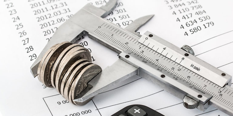 Paquímetro medindo moedas