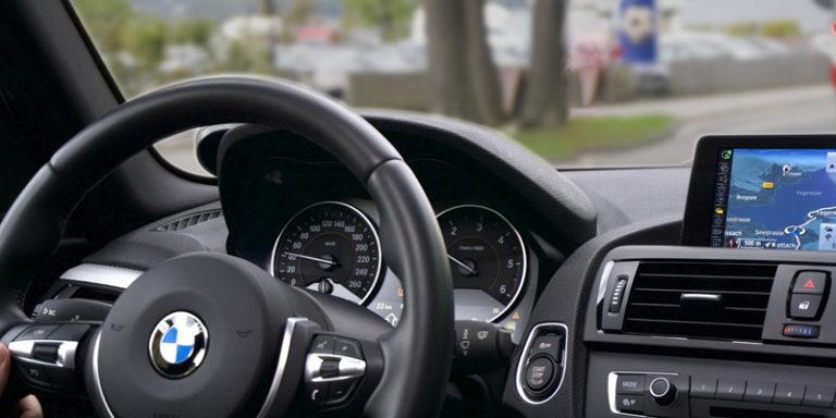 Painel de carro mostrando o GPS funcionando