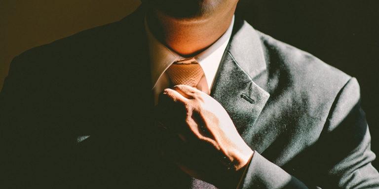 Executivo ajeitando a gravata
