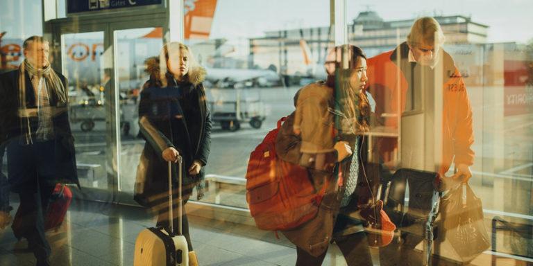 Pessoas em fila para embarcar em avião