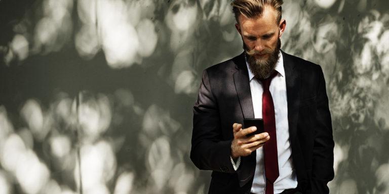 Executivo usando seu celular