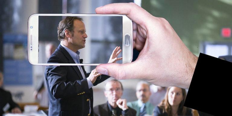 Homem apresentando uma palestra