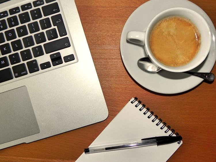Kaffee und Laptop