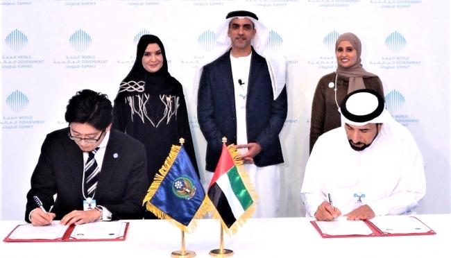サイフ副首相兼内務大臣(写真奥中央)、クバイシ連邦国家評議会会長(写真奥右)、ルーミー幸福担当国務大臣(写真奥左)立会いの下、スマートメディカル下地貴明取締役(写真手前左)とUAE内務省首席補佐官サイフ・アブドゥル・アル・シャファー(Lt. General Saif Abdullah Al Shafar 写真手前右)との間で署名が交わされた。