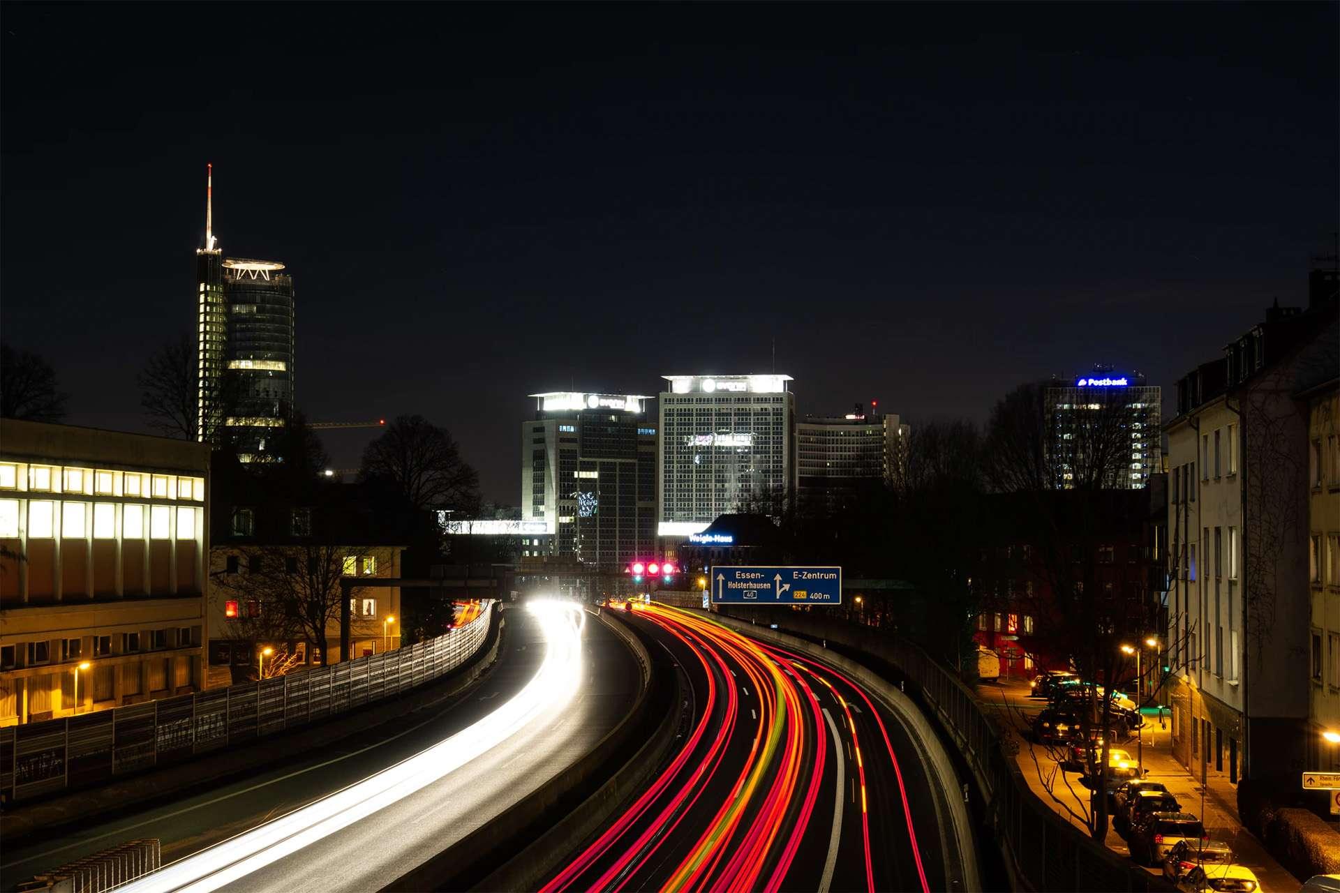 Ein Bild der A40 in Essen bei Nacht.