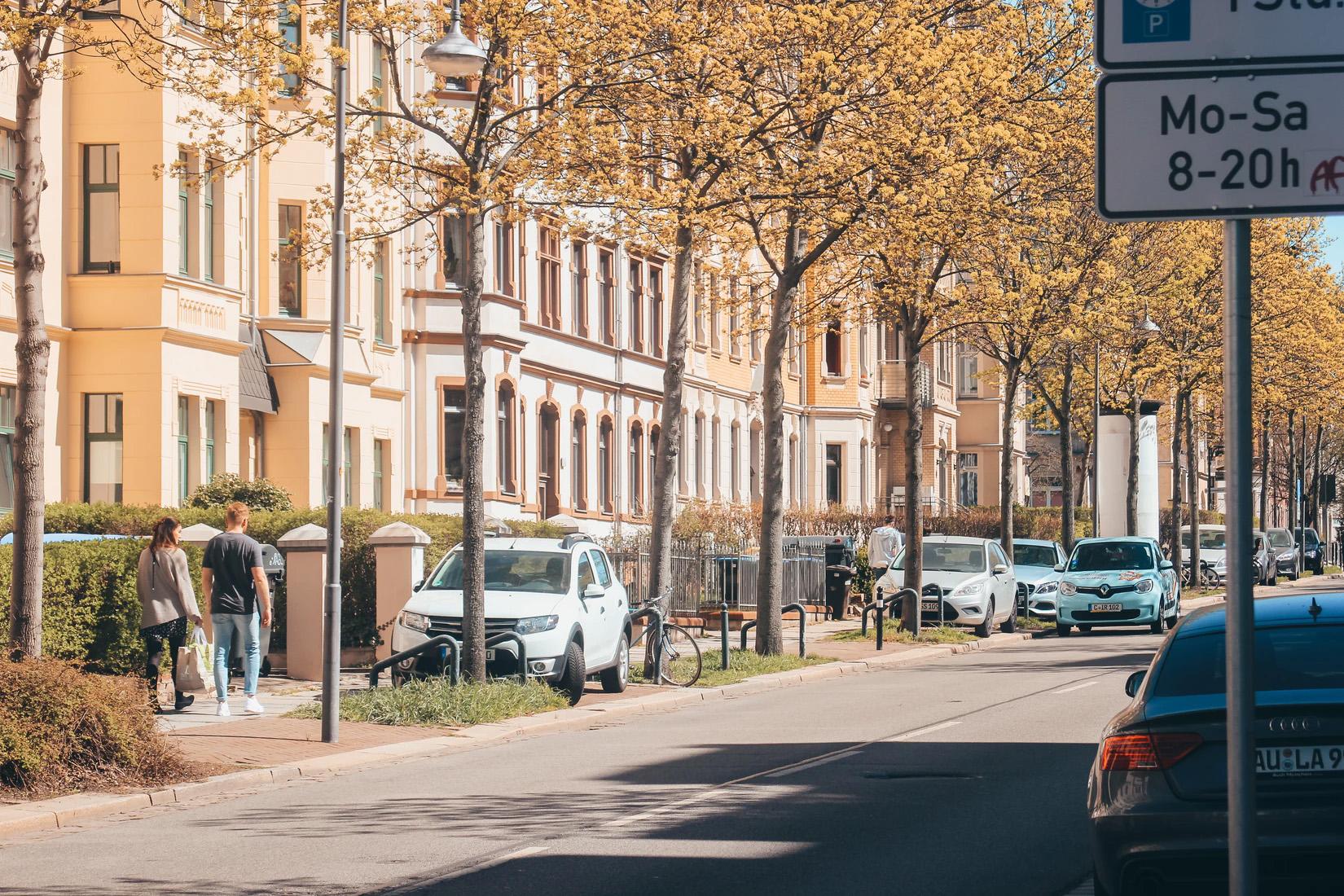 Bild einer Straße in einer Stadt.