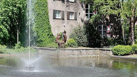 Ein Bild eines Brunnens in der Stadt Dinslaken.