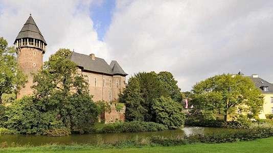 Ein Bild einer Burg in der Stadt Krefeld.