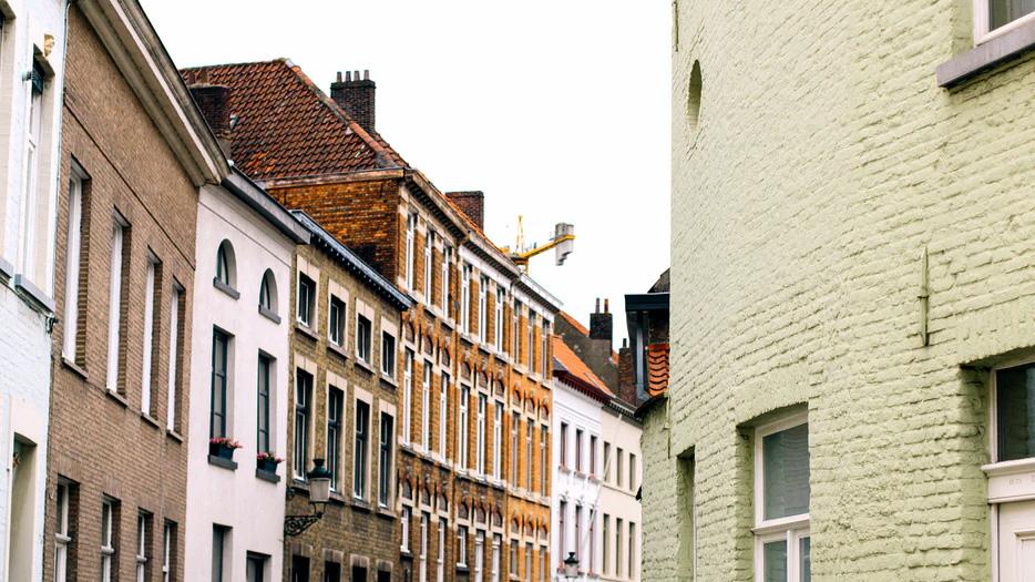 Bild einer Häuserreihe in einer Stadt.