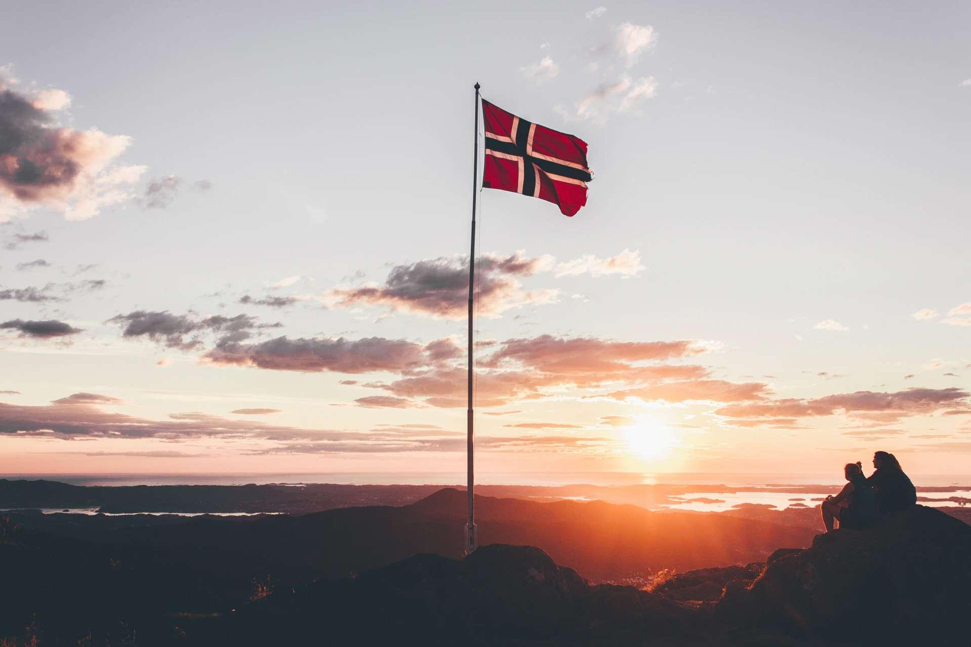 Bild einer Norwegischen Flagge beim Campingurlaub in Norwegen.