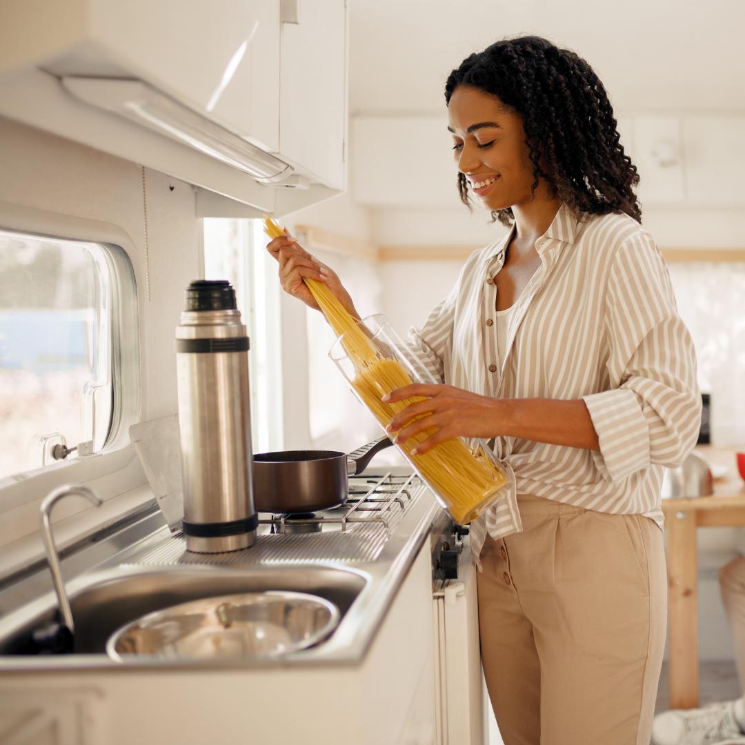 Genießen Sie die Speisen Ihres Urlaubslandes beim Kochen im Wohnmobil. Foto: Canva