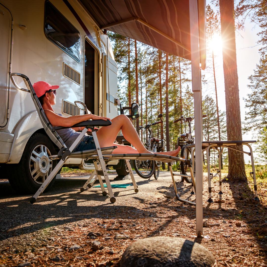 Entspannt verreisen mit allem was für einen Campingurlaub nötig ist. Foto: Canva