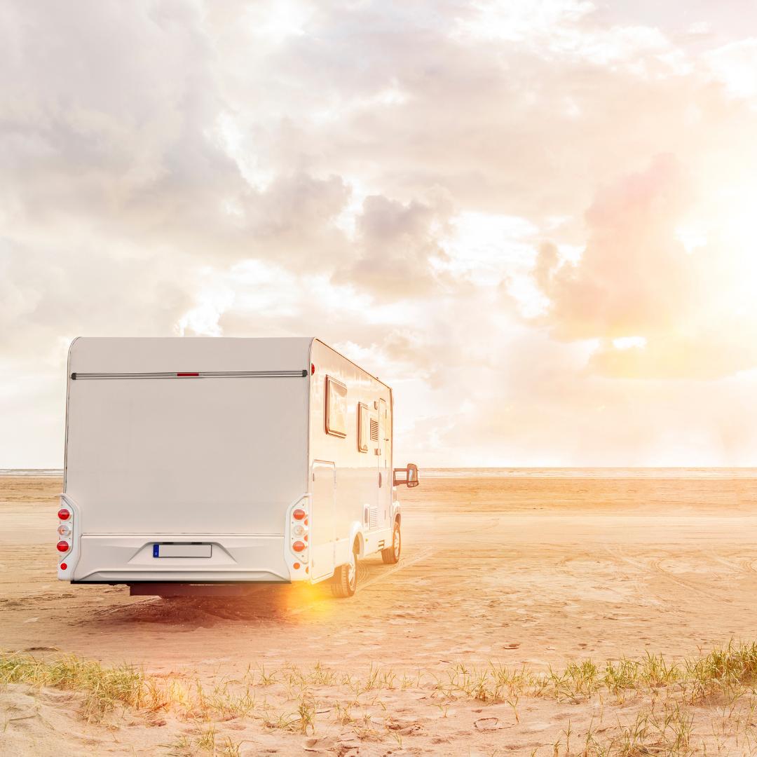 Wohnmobile dürfen in Dänemark direkt an den Strand. Foto: Canva
