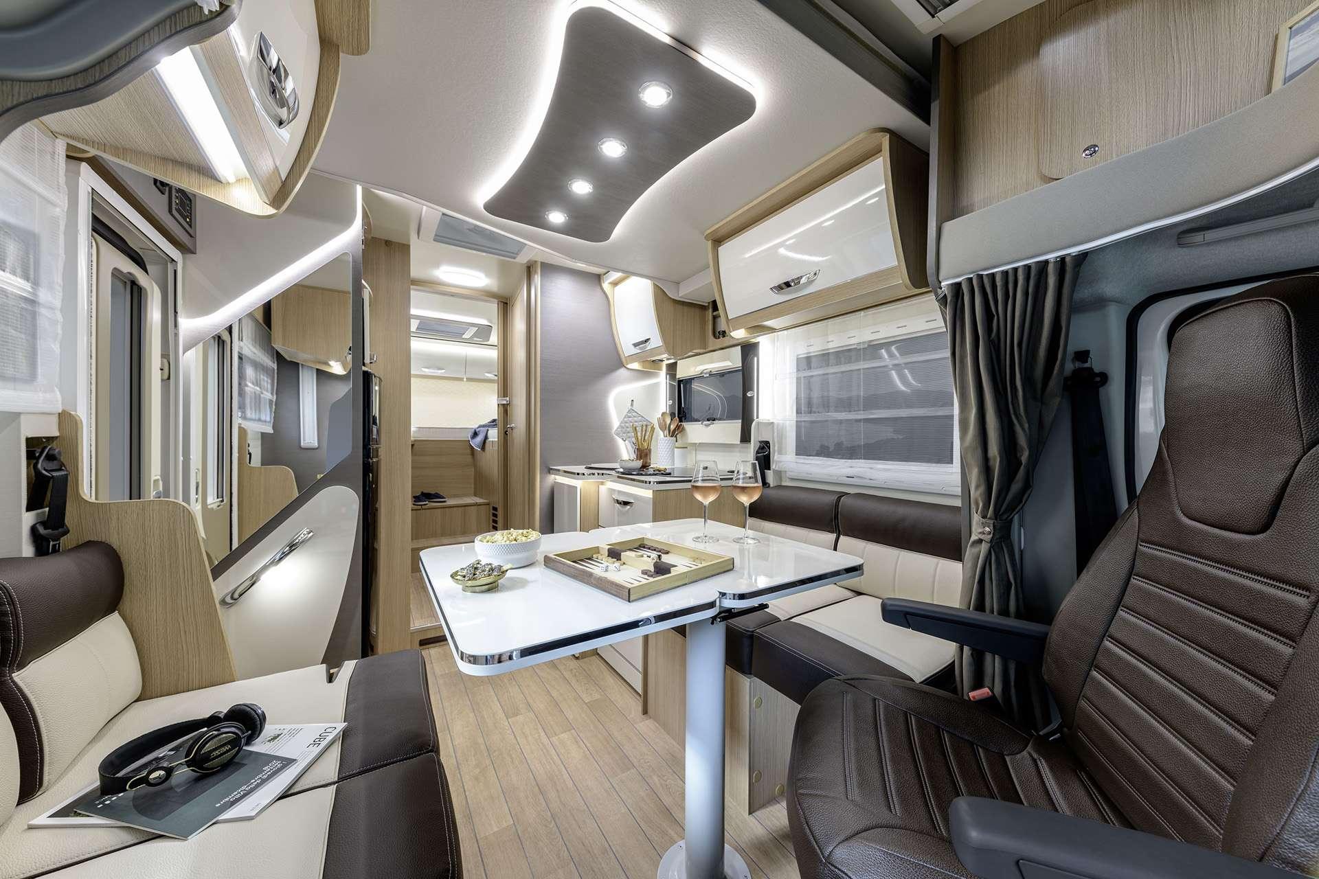 Bild einer Fahrerkabine und Küche eines Wohnmobils von Innen.