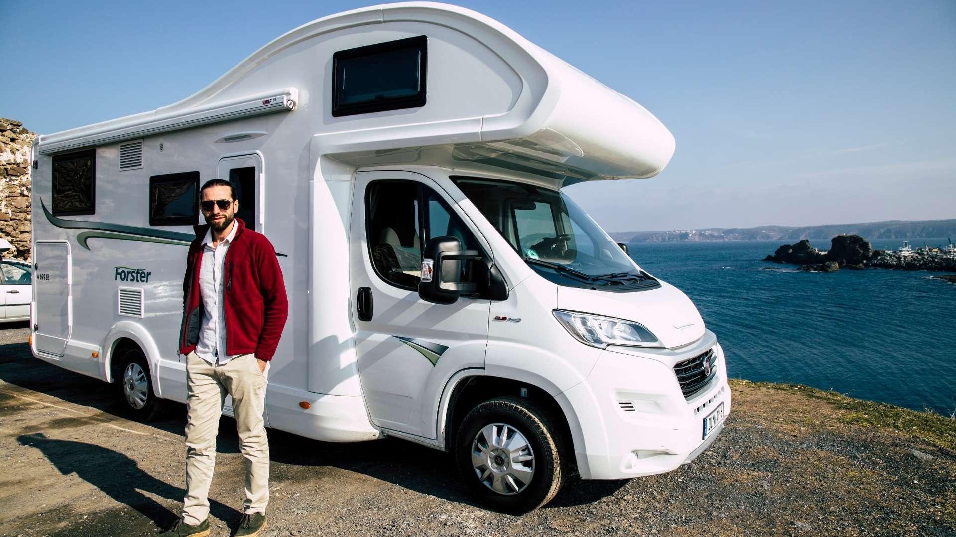 Wohnmobil am Meer mit einem Fahrer.