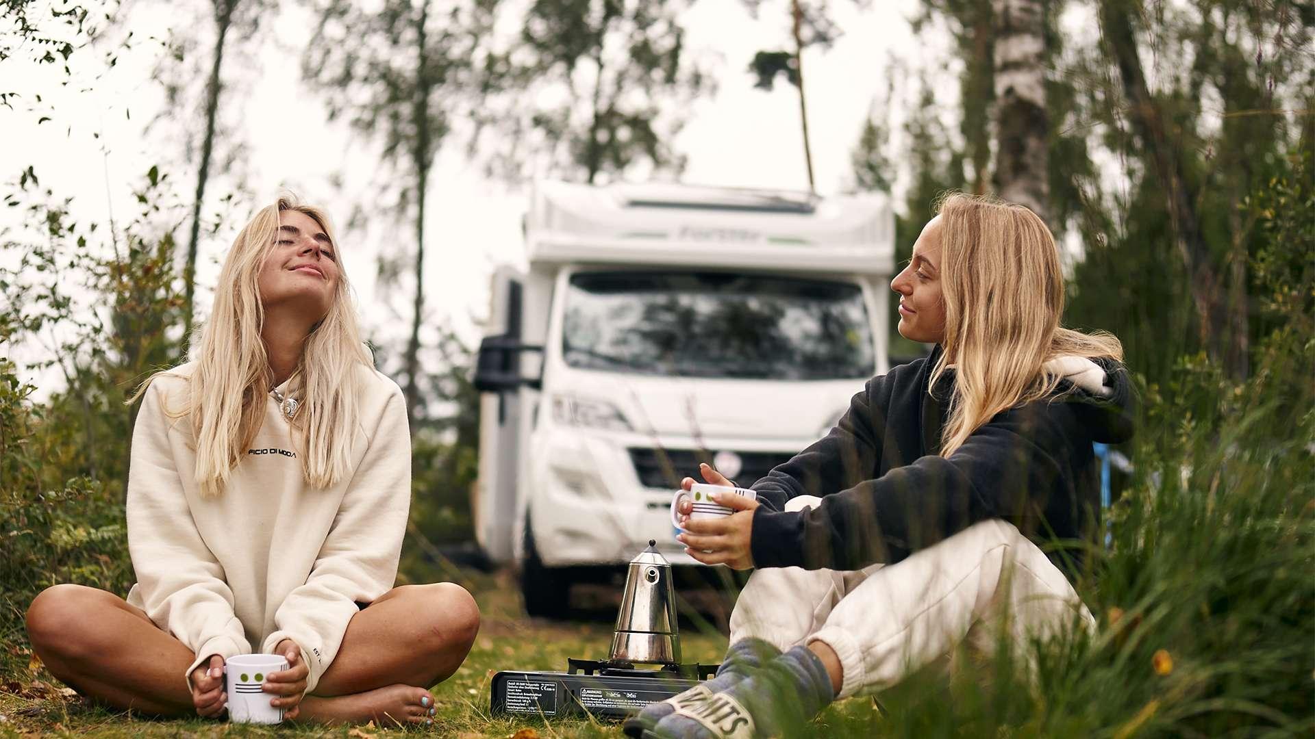 Zwei Freundinnen beim Camping mit dem Wohnmobil.