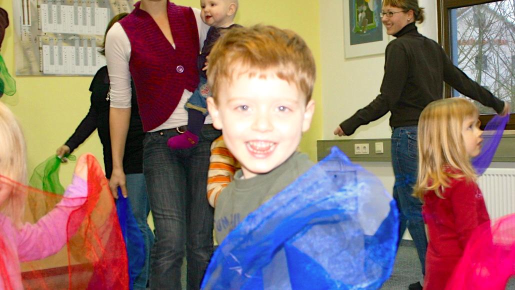 Kinder spielen und muusizieren