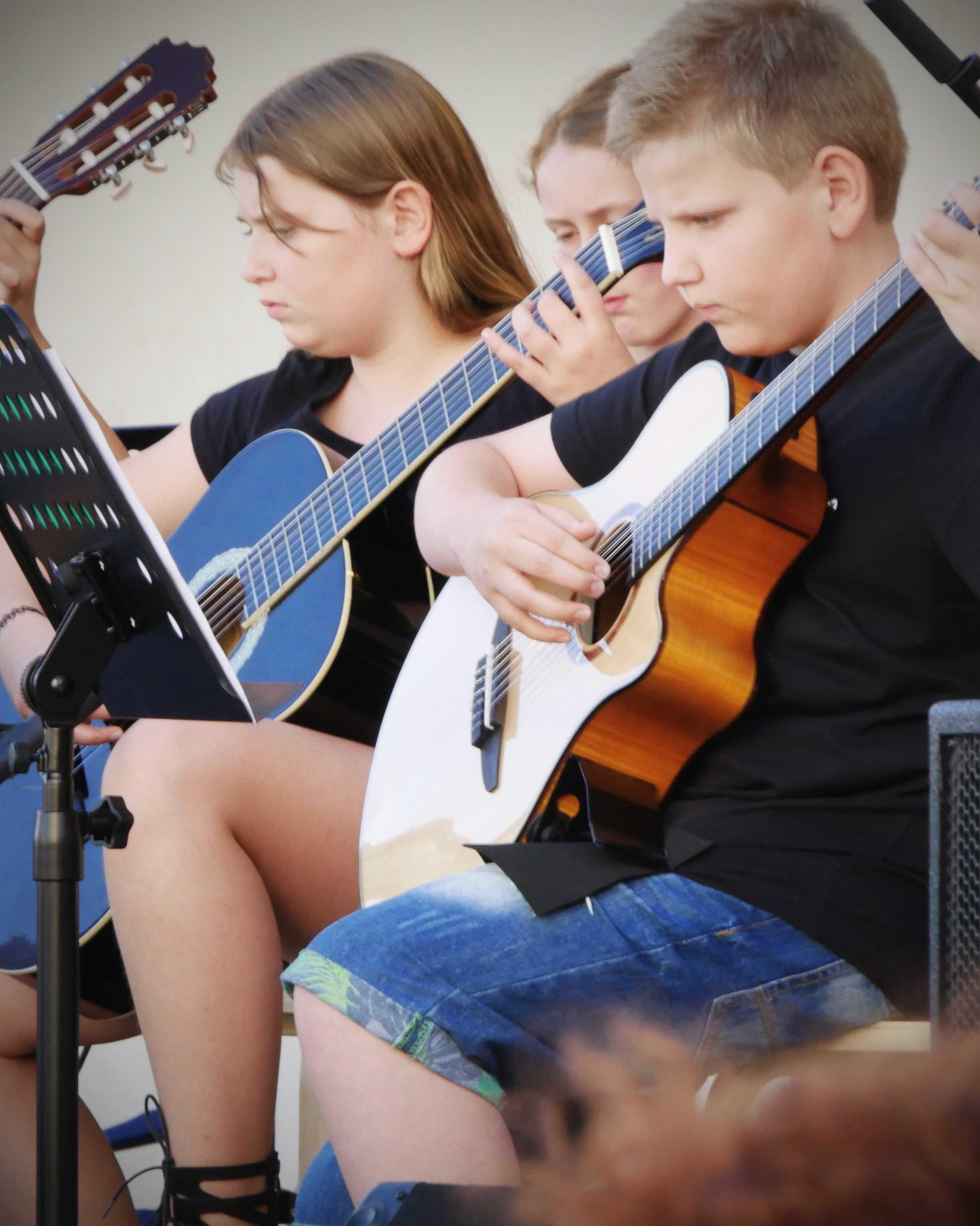 Kind spielt Gitarre