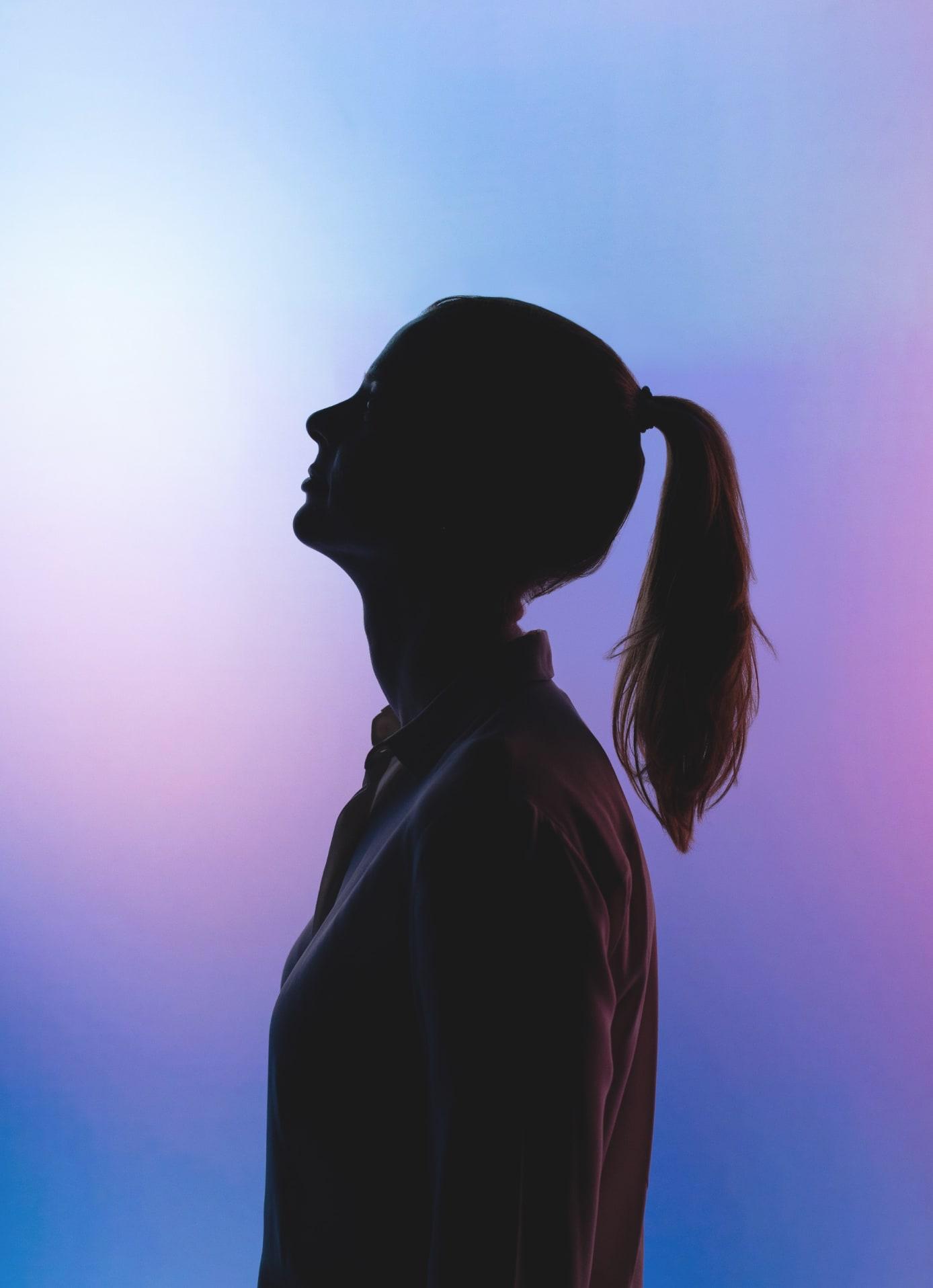 Silueta de una mujer en negro con un fondo de degradado