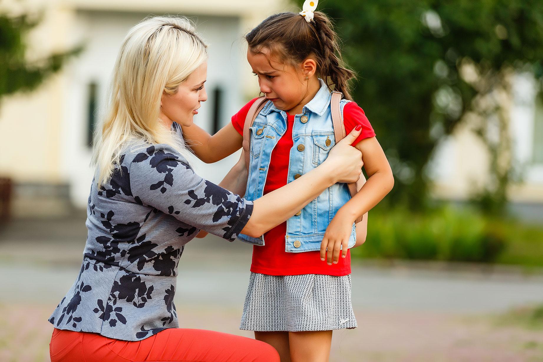 Begleiterin troestet Schulkind
