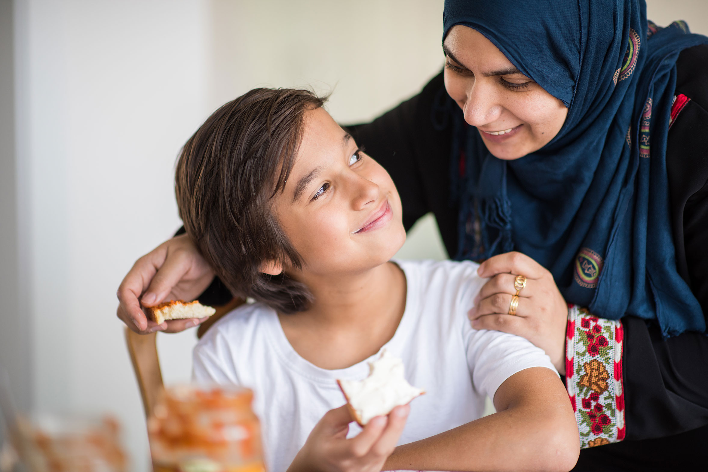 Muslimische Frau mit Kind beim Essen