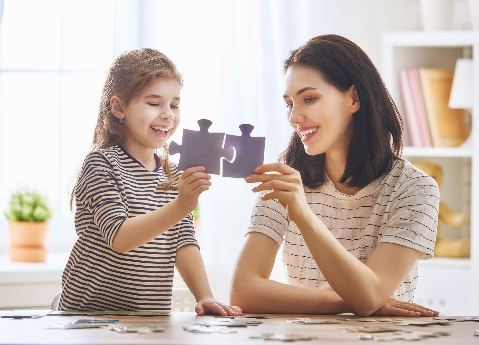 Mutter und Tochter beim Puzzlen