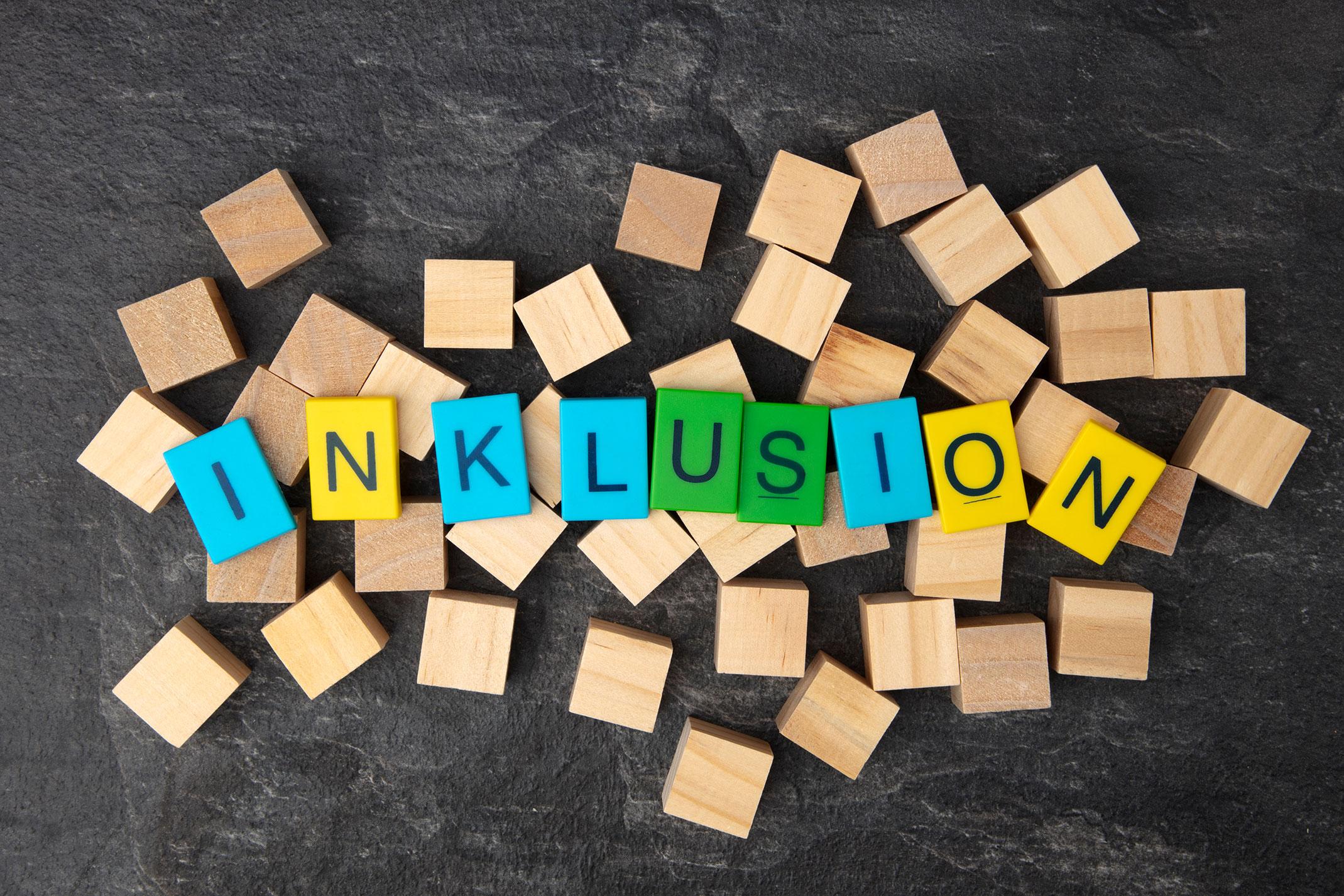 Inklusion geschrieben mit Buchstaben-Spielsteinen