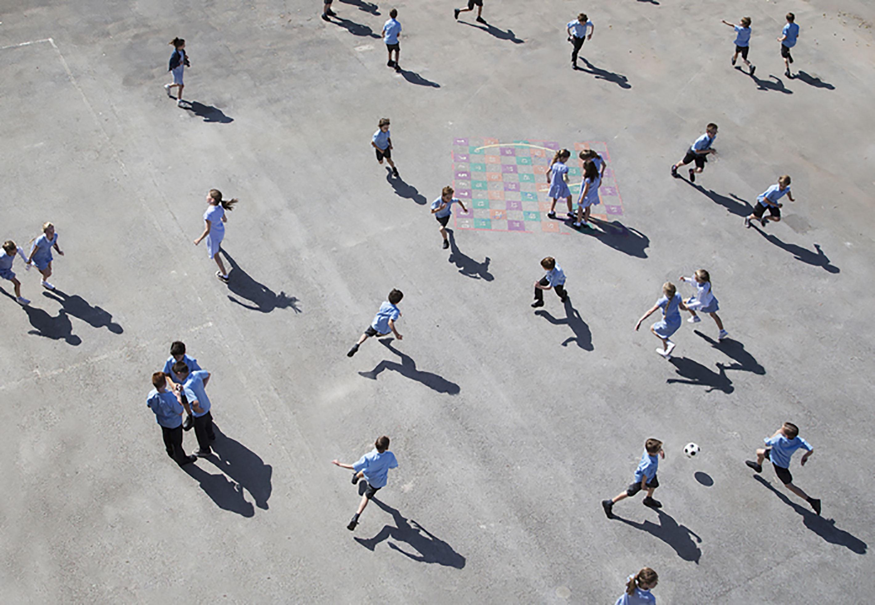 Schulhof mit spielenden Kindern