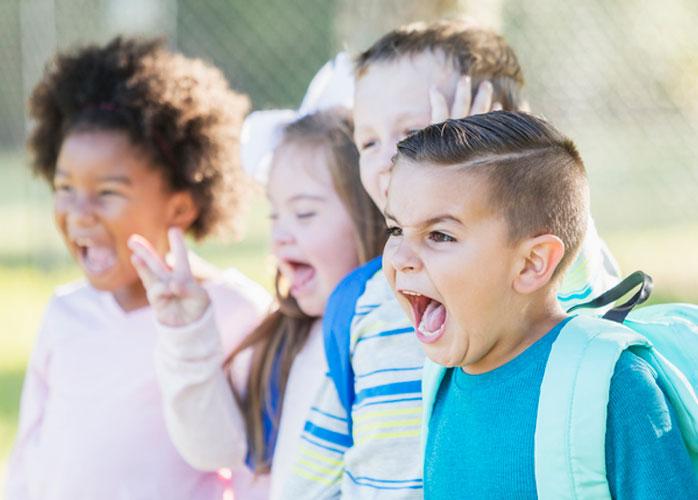 Angespannte Situation zwischen Kindern auf dem Schulhof
