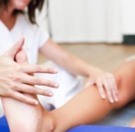 badanie ścięgna Achillesa przez rehabilantkę
