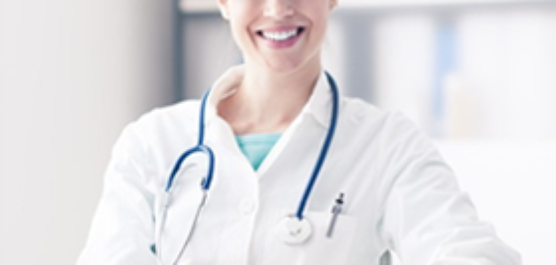 uśmiechnięta pani doktor