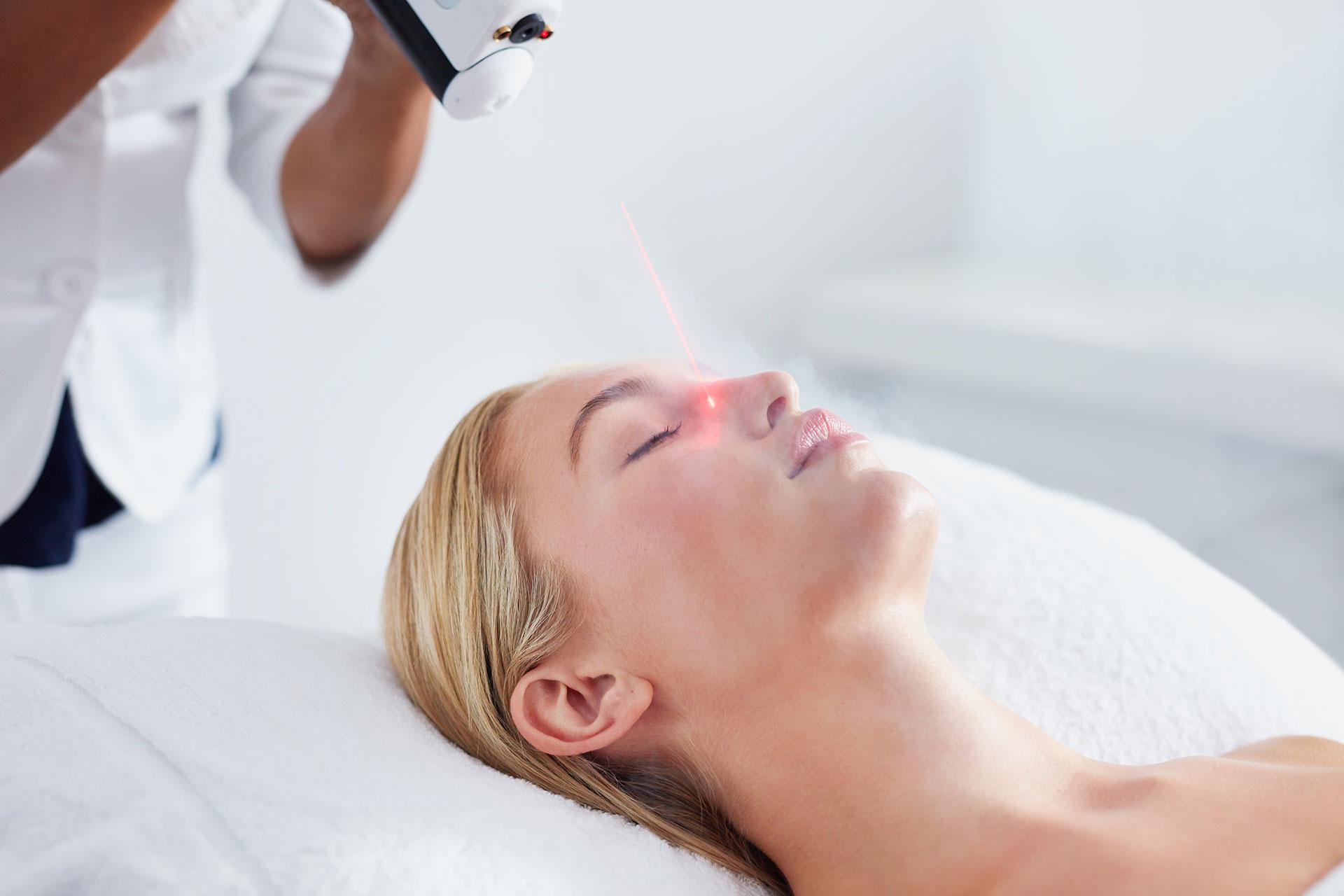 kobieta w czasie zabiegu za pomocą lasera wysoko energetycznego