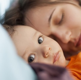 śpiąca matka z dzieckiem
