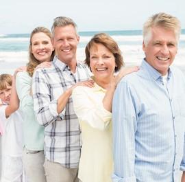 grupa emerytów nad morzem