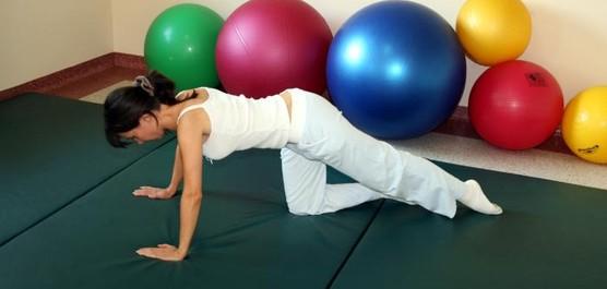 kobieta ćwicząca na sali gimnastycznej
