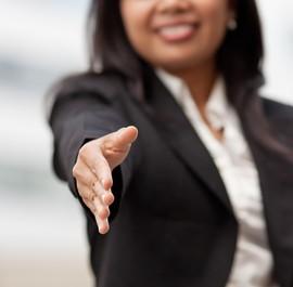 kobieta wyciągająca dłoń do przywitania