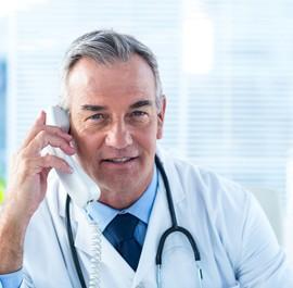 lekarz rozmawiający przez telefon