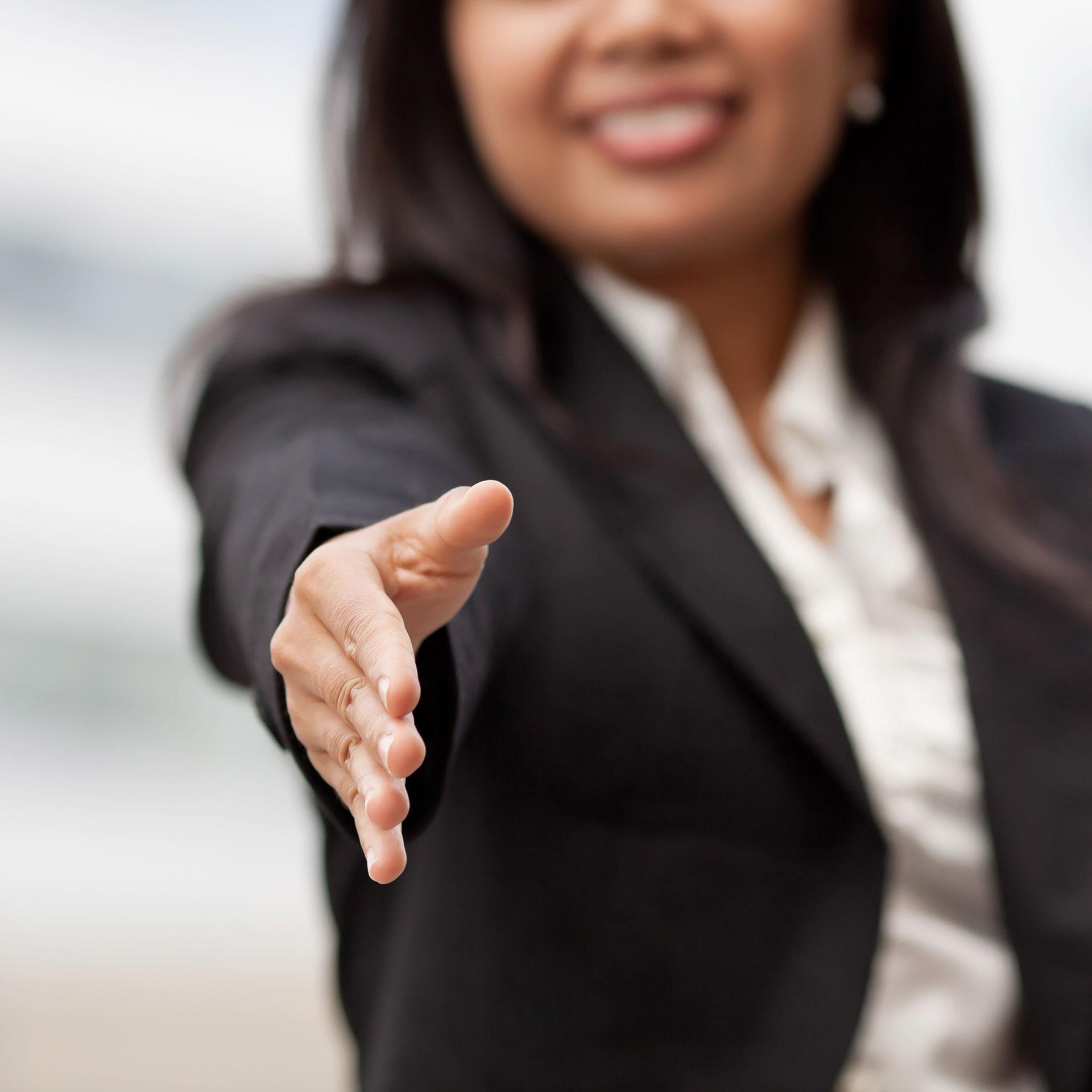 kobieta wyciąga rękę na przywitanie