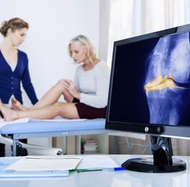 lekarz konsultuje badania z pacjentką