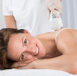 uśmiechnięta kobieta w czasie masażu