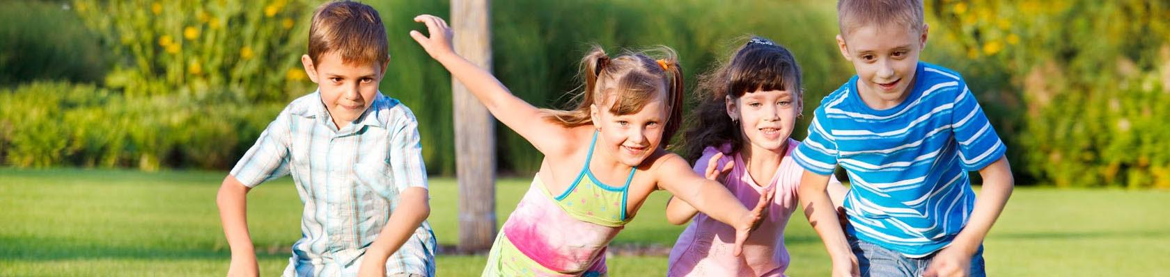 biegnące dzieci przez park