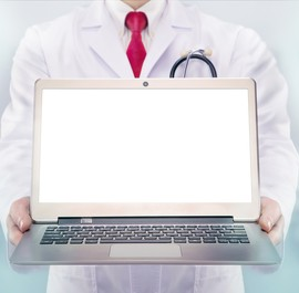 lekarz z otwartym laptopem