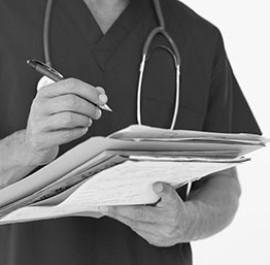lekarz zapisujący notatki
