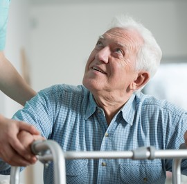 starszy mężczyzna w czasie rac habilitacji