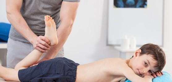 chłopiec w czasie rehabilitacji nogi