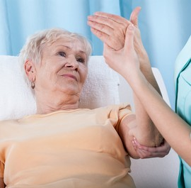 starsza kobieta w czasie rehabilitacji ręki