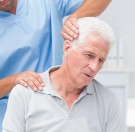 rehabilitacja karku u starszego mężczyzny